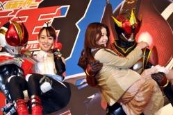 『『超電王』会見で秋山莉奈、松本若菜を仮面ライダーがお姫様抱っこ!』