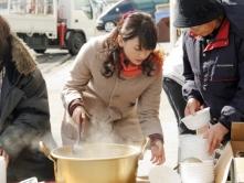 『『ハナミズキ』日本ロケ終了で新垣結衣と生田斗真が感謝の炊き出し!』
