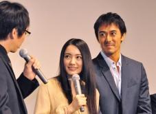 『貧乳に成長のきざし!? 『TRICK』試写会舞台挨拶で仲間由紀恵が喜びの笑顔!』