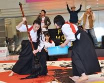 『成海璃子、山下リオ、桜庭ななみらの書道パフォーマンスに2000人が拍手!』
