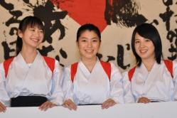 『『書道ガールズ』舞台挨拶で桜庭ななみ、成海璃子との仲の良さを体当たりで表現!』
