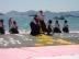 『成海璃子がカンヌの海岸で書道パフォーマンス。ベッキー・クルーエルも参加!』