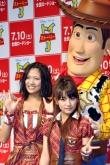 『AKB48高橋みなみらがウッディに抱きつき大はしゃぎ!『トイ・ストーリー3』』
