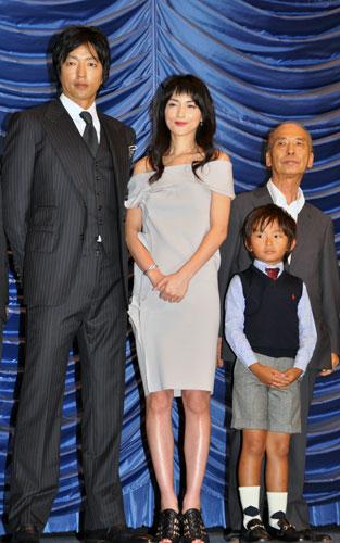 『加藤清史郎、照れて無言。美しすぎる母・長谷川京子に肩をつつかれモジモジ』