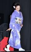 『和服姿の仲間由紀恵と松坂慶子に挟まれた堺雅人が「両手に花」と満面の笑み!』