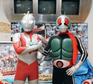 『ウルトラマンと仮面ライダー、権利元の異なる2大ヒーローが奇跡の2ショット!』