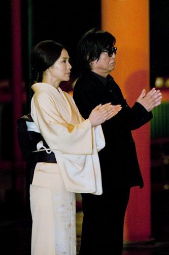 『秘密を覗き見るような気持ちに!? 生田斗真と中谷美紀が牛車に乗って映画ヒット祈願』