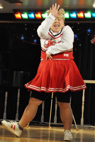 激しいダンスを踊る渡辺 直美