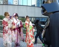 『ダース・ベイダーも新成人を祝福!? 黒いマント姿に新横浜駅前は騒然』