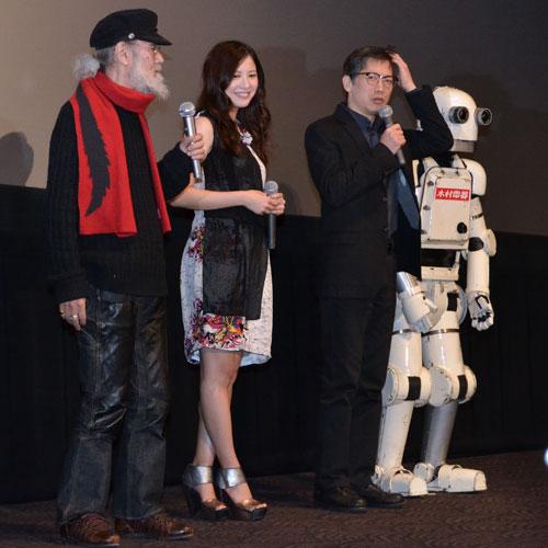 『天然の吉高由里子、舞台裏での失敗談を矢口監督に暴露され照れ笑い!』