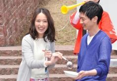 『戸田恵梨香と加瀬亮が流し餃子に挑戦! 見事キャッチした戸田が「良かった」と笑み』