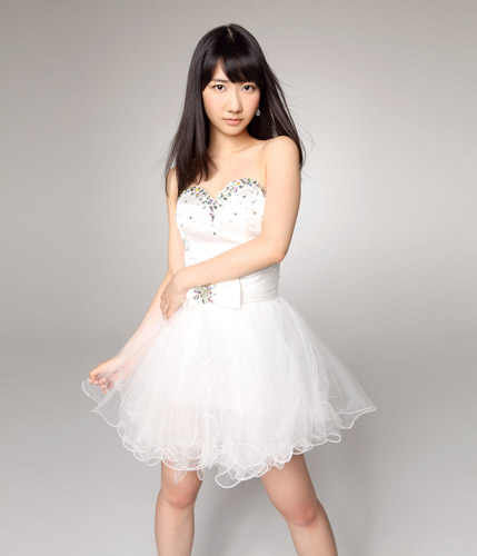 白のドレスがとても似合う柏木由紀さん