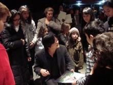 『細田守監督をニューヨークっ子がサイン攻め!『おおかみこどもの雨と雪』がN.Y.上映』