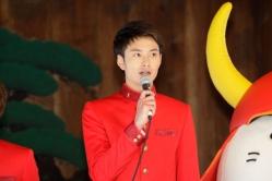 『濱田岳と岡田将生がひこにゃんと記者会見出席! 真っ赤な学ラン姿で互いを褒め合う 』