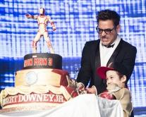 『ダウニー Jr.がソウルで『アイアンマン3』イベント。「江南スタイル」をノリノリ披露』