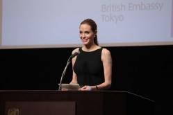『アンジェリーナ・ジョリーが国連大学で性暴力根絶を訴えスピーチ、緒方貞子とも交流』
