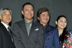 『『許されざる者』で初共演の渡辺謙と佐藤浩市が互いに顔を見合わせ照れ笑い』