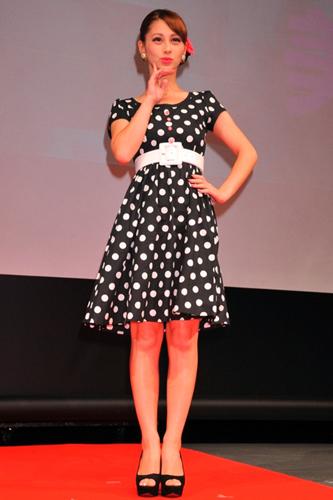 水玉模様のワンピースを着るダレノガレ明美