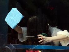『貞子、意外にキレイ好き!? ロッテリア1日店長でダスター片手にガラス拭き』