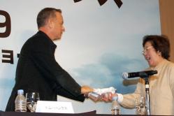 『3度目のオスカー受賞なるか! トム・ハンクスが感動の社会派エンタメひっさげ来日会見』
