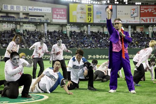 『哀川翔が始球式でゾンビ宮川大輔にデッドボール投げ乱闘騒ぎに!』