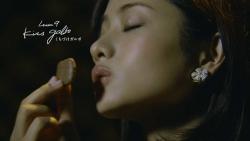 『石原さとみ、キス顔も披露! 大人なチョコの食べ方をレッスン』