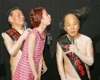 """『ぱるるが""""大阪のぱるる""""こと海原はるか師匠の髪の毛を息で吹き飛ばす』"""