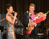『舘ひろしの歌手デビュー40周年記念ライブに浅野温子がサプライズ登場!』
