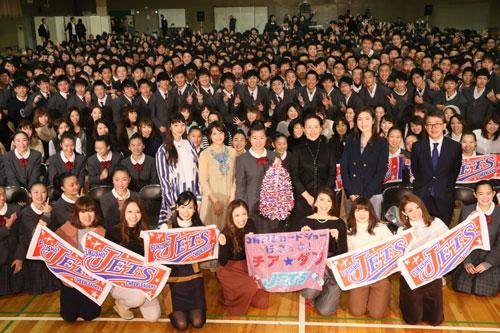 『広瀬すずらの『チア☆ダン』モデル校サプライズ訪問に割れんばかりの大歓声!』