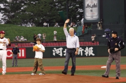 『リチャード・ギアが9歳息子と一緒に始球式に登場!』