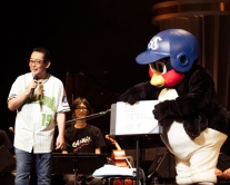 『さだまさしコンサートにつば九郎がサプライズ登場しファン興奮!』