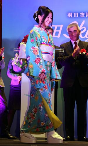 『倉木麻衣、着物姿で羽田空港イルミネーション点灯式に登場!』
