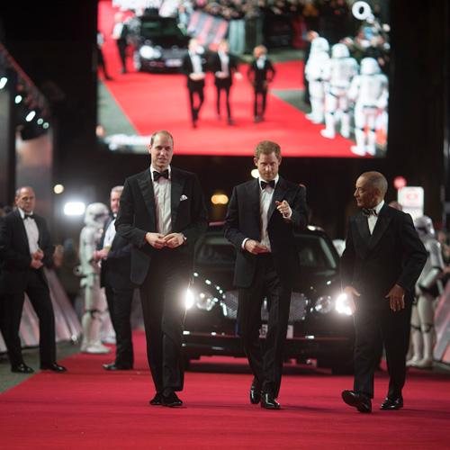 『英王室のウィリアム王子とヘンリー王子、BB-8にお出迎えされニッコリ!』