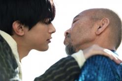 『吉沢亮の唇がピンチ! まさかの竹中直人とのキスシーン解禁!?』