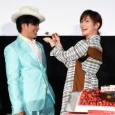 『坂口健太郎、綾瀬はるかにケーキを食べさせてもらいデレデレ!』