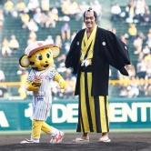 『阿部寛、タイガースカラーの和服で初始球式! ノーバン投球を自画自賛』