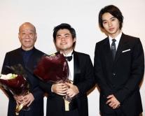 『山崎賢人、辻井伸行のコンサートにサプライズ登場し花束贈呈!』
