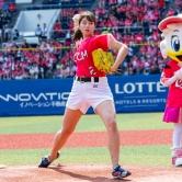 『稲村亜美、始球式で自己最速狙うもまさかの大暴投!』