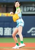 『小島瑠璃子&高田延彦が、始球式に登場して見事にストライク』