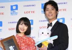 『浜辺美波と桐谷健太が平成最後のベストスマイル・オブ・ザ・イヤー受賞!』