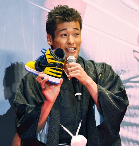 スニーカーを手にするかっこいい佐藤隆太