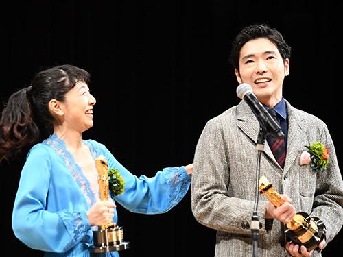 『安藤サクラ、柄本佑と夫婦で主演賞受賞し号泣!』