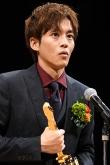『松坂桃李、キネマ旬報ベスト・テン助演男優賞のトロフィー手に「7年間の重みを感じた」』