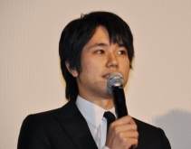 『松ケンが『カムイ外伝』舞台挨拶。崔監督は魚にもダメ出し!』