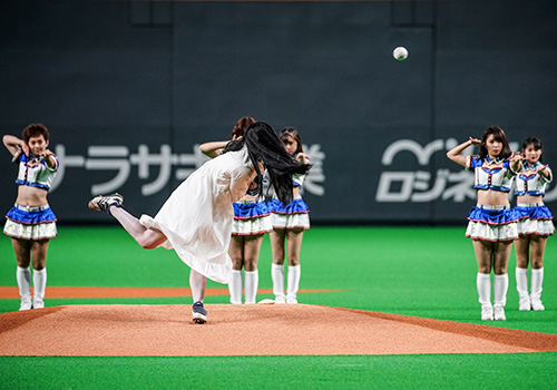 『貞子が4度目の始球式に登板!見事な投球にどよめき』