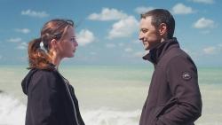 『アリシア・ヴィキャンデル&ジェームズ・マカヴォイが世界の果てに引き裂かれる恋人同士に!』