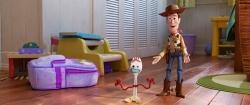 『『トイ・ストーリー4』ウッディが新キャラのフォーキーを紹介する本編映像到着!』