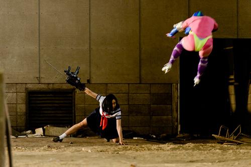 『片腕にマシンガン!あの伝説のカルトムービーをリブート『爆裂魔神少女 バーストマシンガール』予告編解禁』