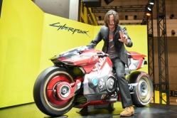『キアヌ・リーヴスが東京ゲームショウ訪問!ゲームに登場する実物大バイクと記念撮影』