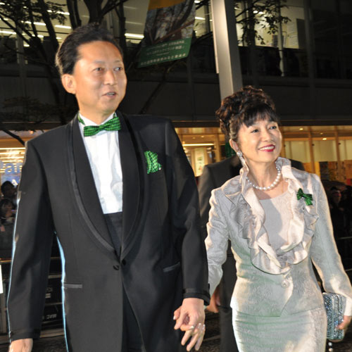 『鳩山首相が東京国際映画祭に参加。映画スターになった気分とニッコリ』